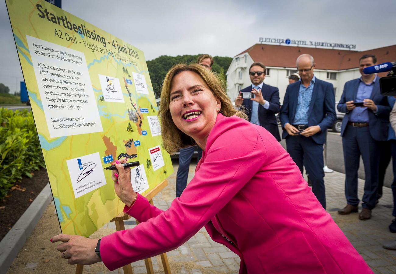 Voor de A2 tussen Vught en knooppunt Deil zijn alweer nieuwe maatregelen nodig. Minister Cora van Nieuwenhuizen (Verkeer) gaf deze zomer het startsein voor verkenningen.