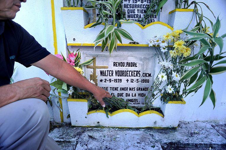 Een inwoner van Santa Lucía verzorgt het graf van Walter Voordeckers. Veertig jaar geleden werd hij op straat vermoord. Beeld Piet den Blanken
