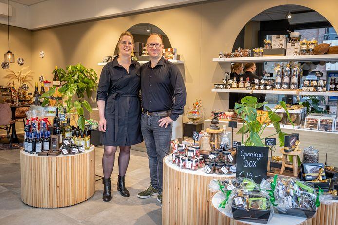 Het echtpaar Baas poseert trots in de nieuwe winkel van Zeut Chocola.