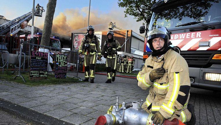 De Amsterdamse brandweer is bezig met het blussen van een brand in 2015 Beeld anp