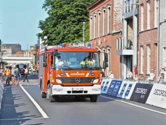 Brandweer zoeft voorbij de finishlijn van natourcriterium, voor brandje in de buurt