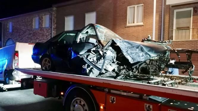 Na één maand rijbewijs: jongeman (19) rijdt vier auto's in de prak in Dikkebus