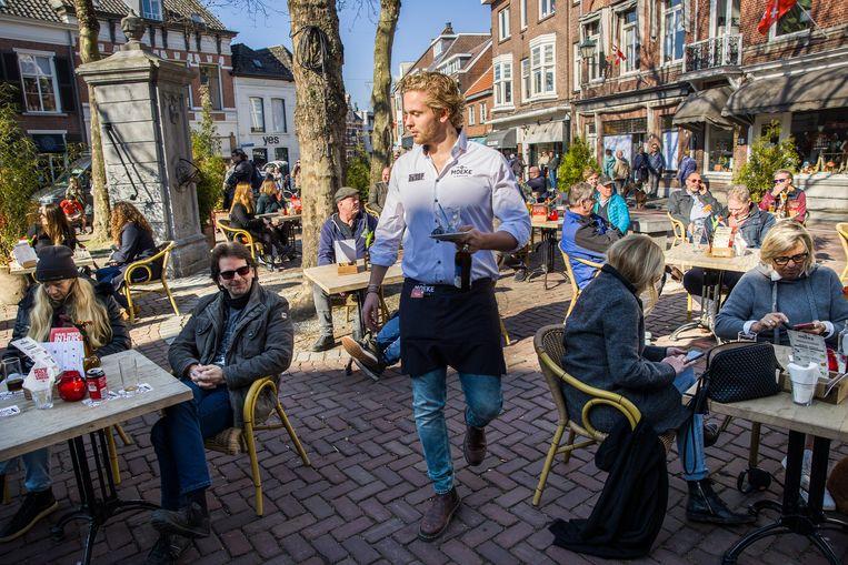 Een open terras op de Ginnekenmarkt in Breda.  Beeld Arie Kievit