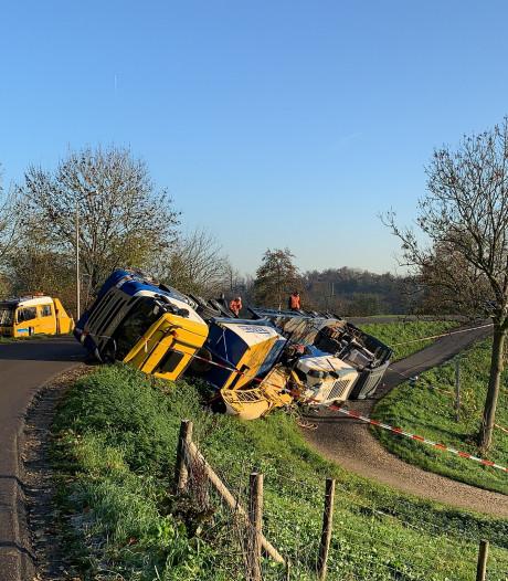 Vrachtwagen kantelt en glijdt van Diefdijk in Leerdam