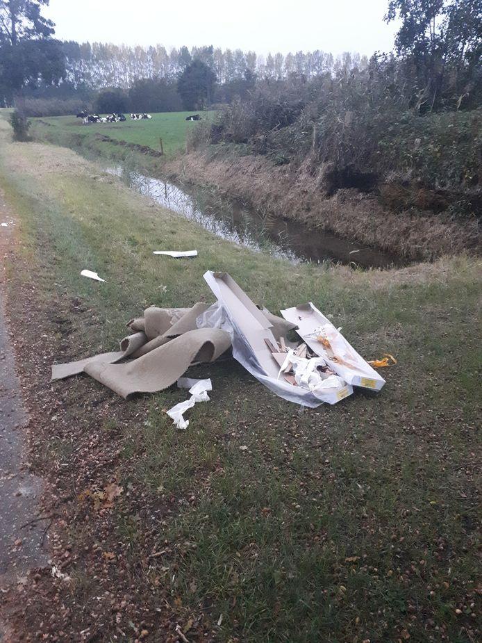 De afval die in een berm op de Meidoornweg werd gedump.