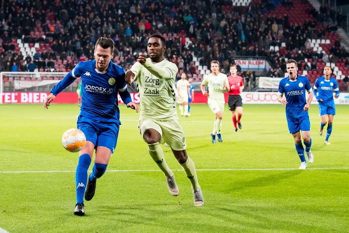 Peter Verhoeve (links) tijdens zijn eerste periode bij ASWH. In het seizoen 2018-2019 spelen de Ambachters voor de KNVB Beker tegen FC Utrecht. Rechts Gyrano Kerk.