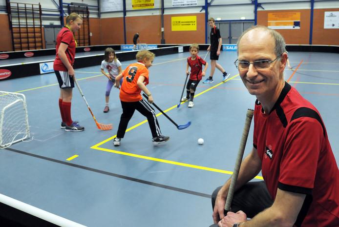 """Paul Compiet is één van de trainers bij de floorballvereniging Jolly-Good in Hulst. """"Het is geen dure sport en de spelregels zijn simpel"""", zegt hij."""