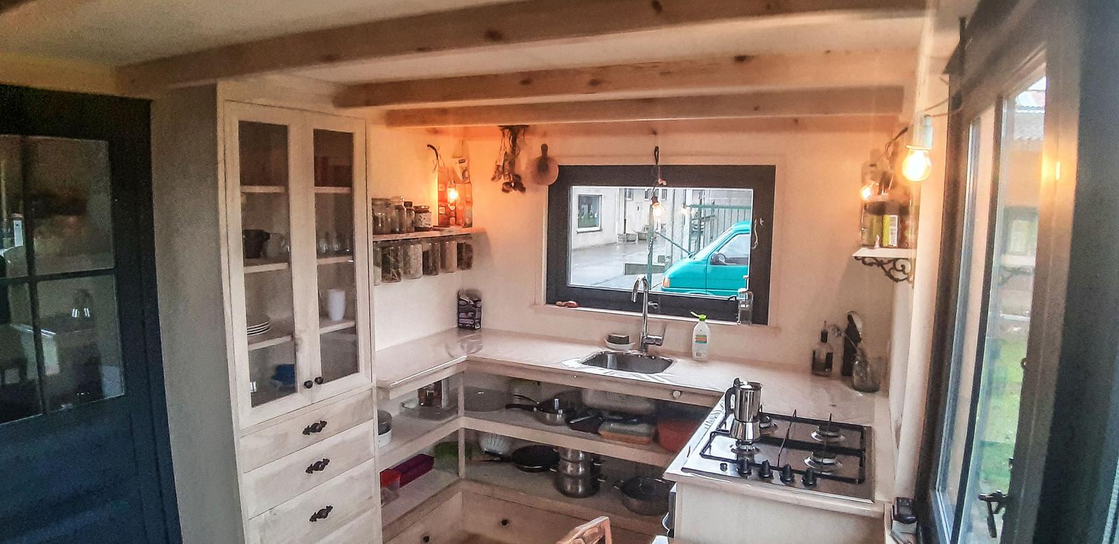 In het huisje is alles te vinden wat in een gewone woning te vinden is, alleen is er minder ruimte.