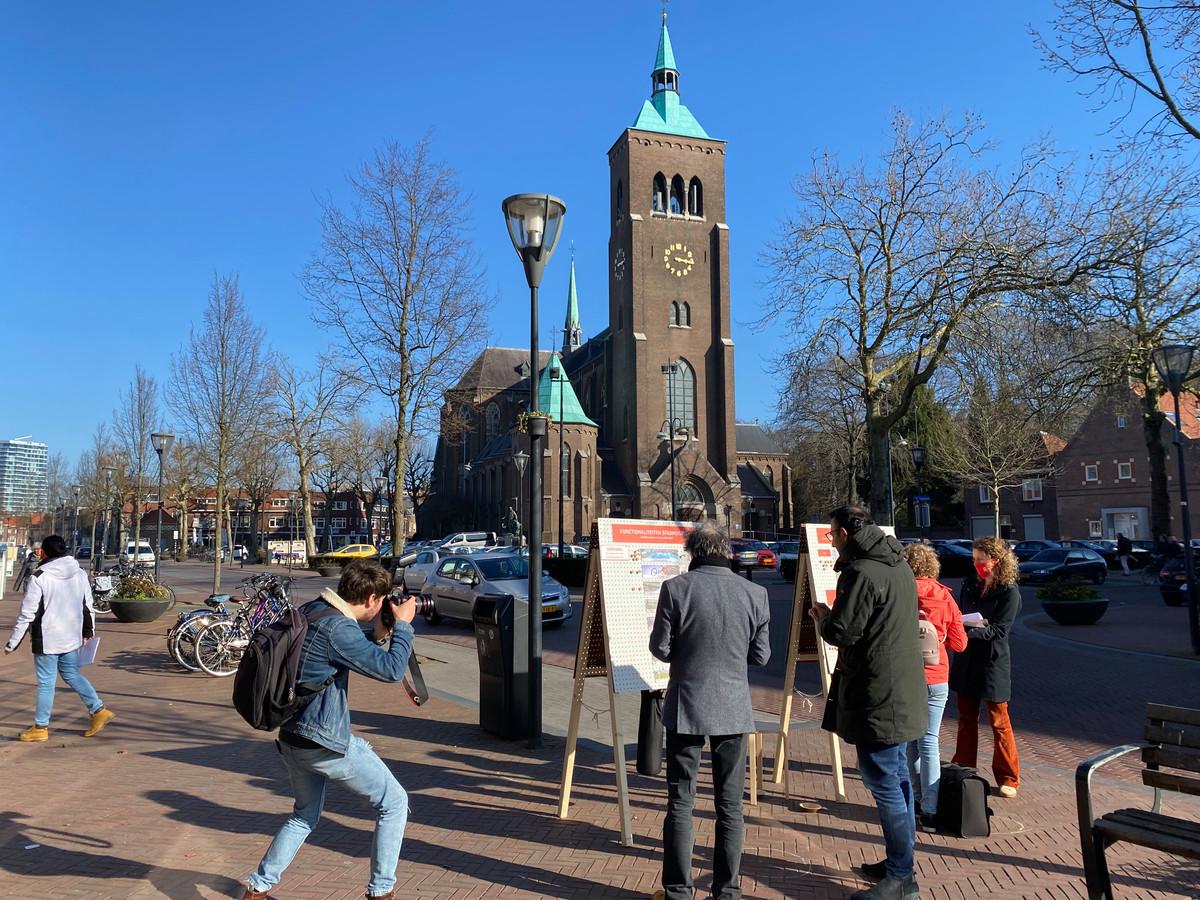 Inspraakstand van de gemeente Eindhoven op het Trudoplein, over de toekomst van het Stadhuisplein, met wethouder Yasin Torunoglu in gesprek met Frank van der Linden (beide op de rug gezien).