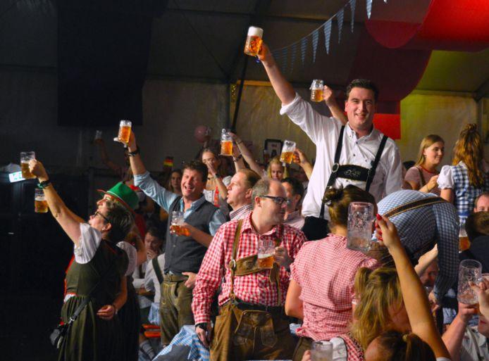 Bezoekers mogen zaterdag weer proeven van de Duitse biercultuur in de feesttent van Oktubberfest. Foto is van voorgaande edities.
