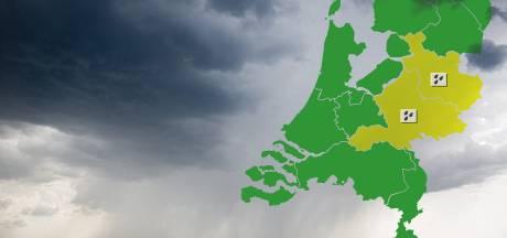 Het was vanochtend code geel voor regenval in Oost-Nederland, maar wat wil dat eigenlijk zeggen?