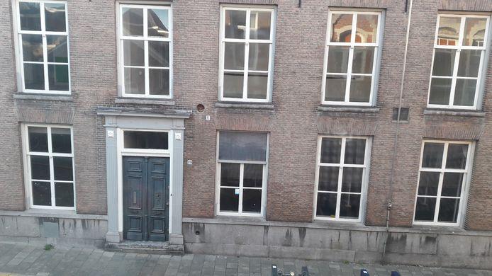 In dit leegstaande pand aan de Nieuwstraat zijn huurwoningen gepland. De gemeente stimuleert de huurders om een deelauto te gebruiken.