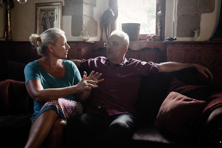 De oud-burgemeester Markus Nierth en zijn vrouw Sasanna. Zij waren voor de komst van vluchtelingen en hadden meer verwacht van de inwoners van Tröglitz. Beeld Daniel Rosenthal