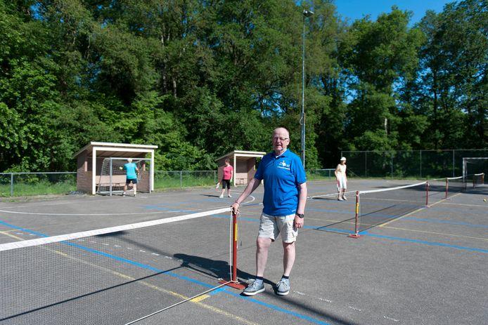DTO (Dynamic Tennis Olst) heeft eindelijk weer een terrein waar de leden deze binnensport buiten kunnen spelen. Tot vreugde van voorzitter Ton Pol, hier op de nieuwe baan in Wesepe.