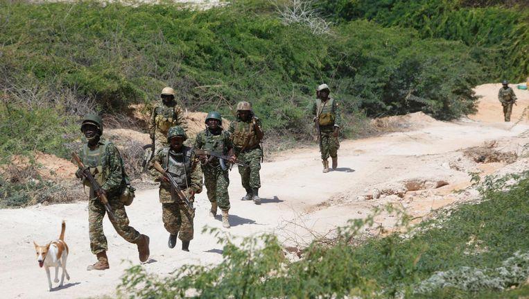 Somalische soldaten patrouilleren in de omgeving van Mogadishu. Beeld ap
