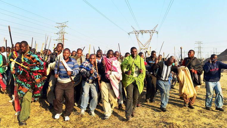 Duizenden stakende mijnwerkers demonstreren omdat ze een loonsverhoging willen. Beeld getty