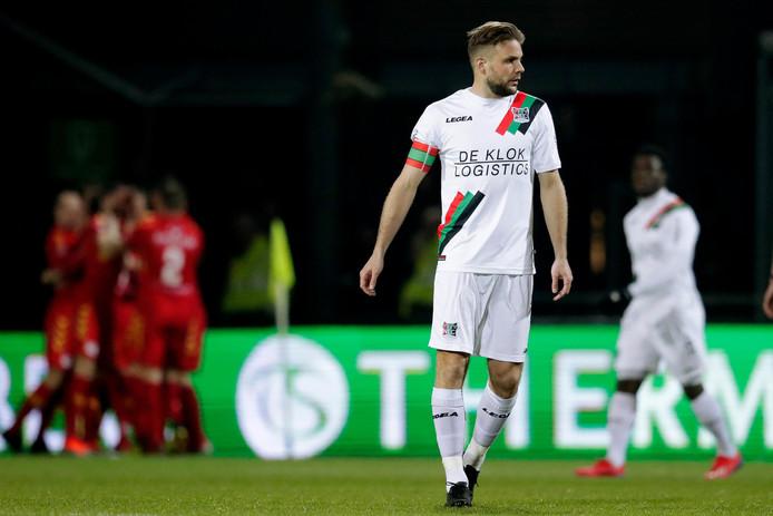 NEC-aanvoerder Joey van den Berg baalt na een doelpunt van Go Ahead Eagles.