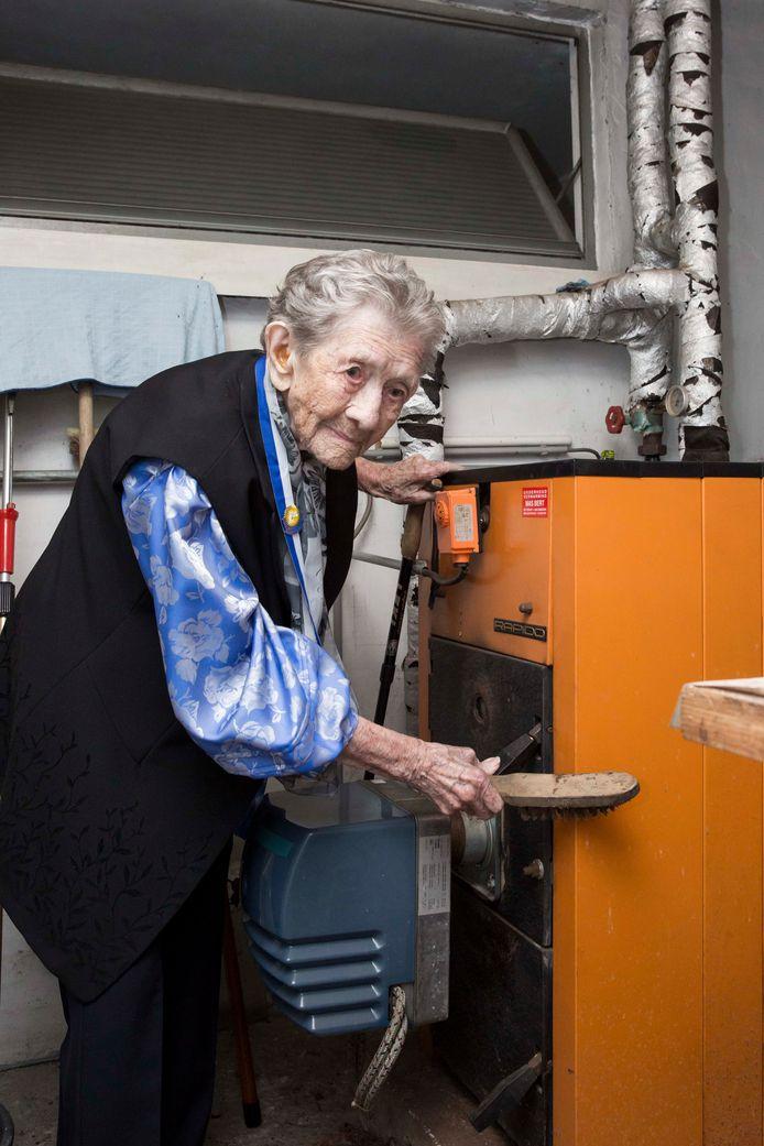 Anna Kenis (101 jaar) maakte haar ketel nog altijd zelf proper.