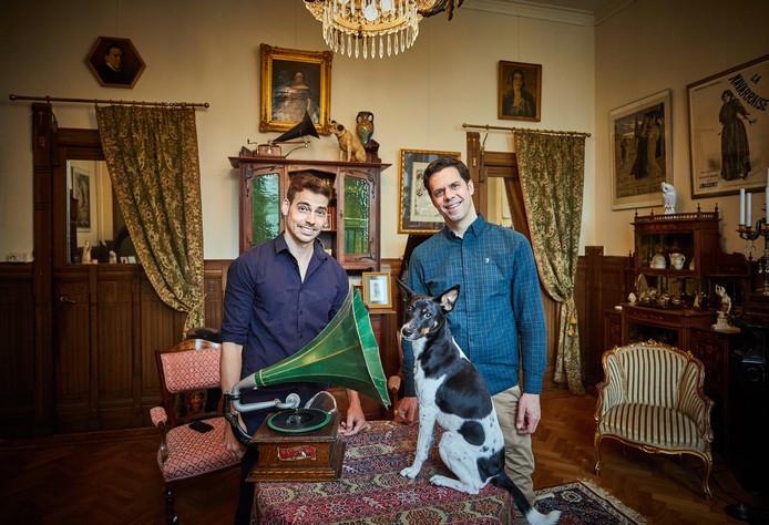 Peter van Waal (l) en Lennaert van Anken vernoemden boerenfox Nipper naar het beroemde hondje uit 'His masters voice'