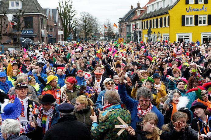 Het wereldrecord klepperen wordt verbroken op de Markt in Etten-Leur.