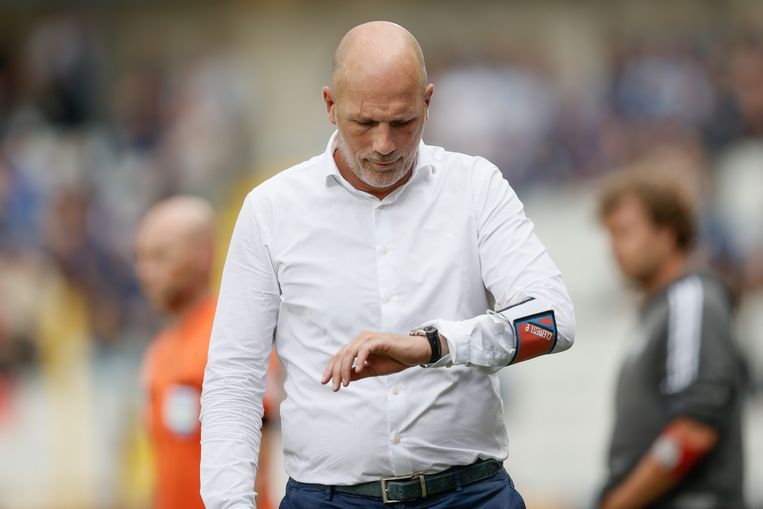 Club Brugge-coach Philippe Clement kijkt angstig naar de klok. Beeld BELGA