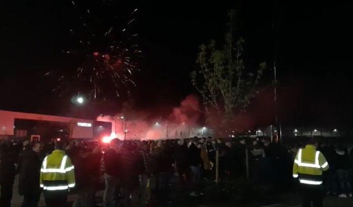 Honderden fans wachten op de terugkeer van de spelerbus van GA Eagles.