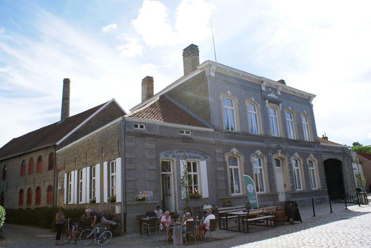 Enkele mensen doen een terrasje aan brouwerij De Snoek.