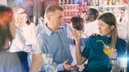 """""""Vraag naar Angela"""": nieuw initiatief helpt vrouwen die lastiggevallen worden op café uit de nood"""