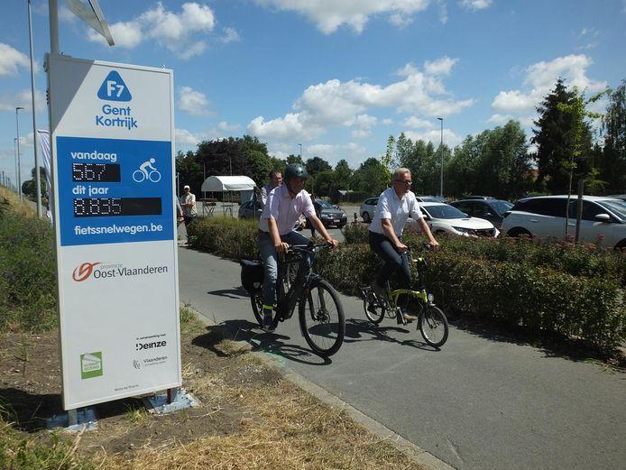 Burgemeesters Jan Vermeulen (CD&V) en Simon Lagrange (Open Zulte) fietsten samen met gedeputeerde Peter Hertog de fietsteller officieel in.