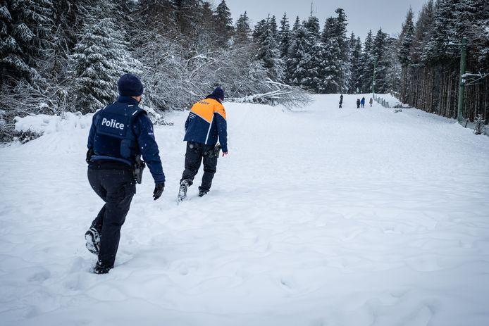 Politie vraagt aan wandelaars de skipiste te verlaten.