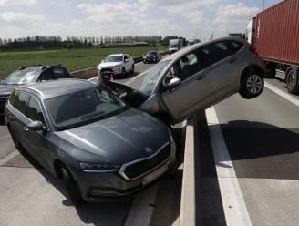 Auto belandt bovenop middenberm na ongeval in werfzone op E34