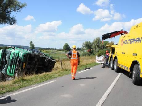 Vrachtwagen rijdt van de Kapitteldijk: chauffeur gewond