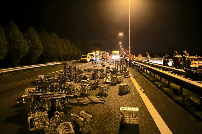Op de A58 sloeg eind april een vrachtwagen die motorblokken vervoerde om. De chauffeur raakte gewond.  Beeld ANP