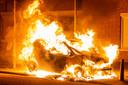 Een Volkswagen Lupo ging donderdagnacht in vlammen op