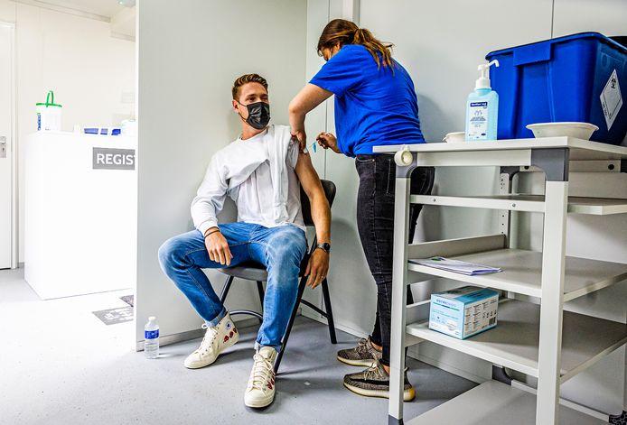 Lars Lanser wordt geprikt met het Janssen-vaccin. Hij gaat volgende week op vakantie.