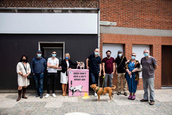 Kastkunst in Sint-Truiden. Alle kunstenaars samen met Schepen Ingrid Kempeneers.