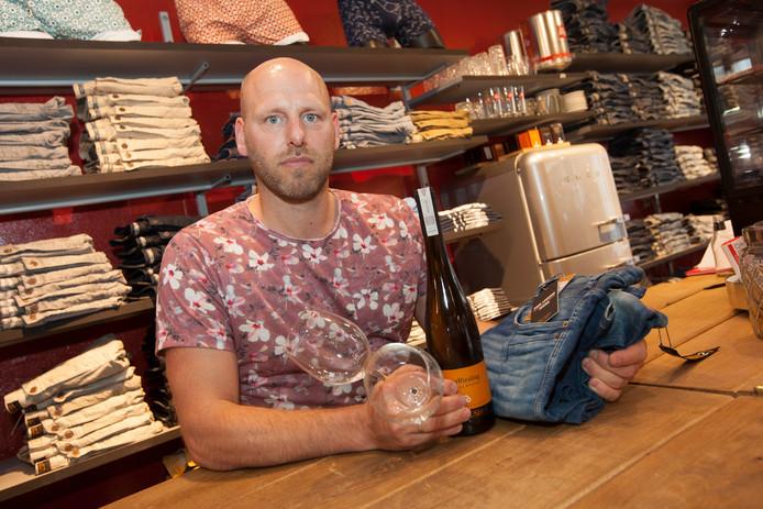 Alexander Bruijnes serveerde in zijn kledingzaak John & Nina Mode aan de Turfstraat in Zutphen glaasjes wijn. Eerder opende hij al een sappenbar in zijn zaak.