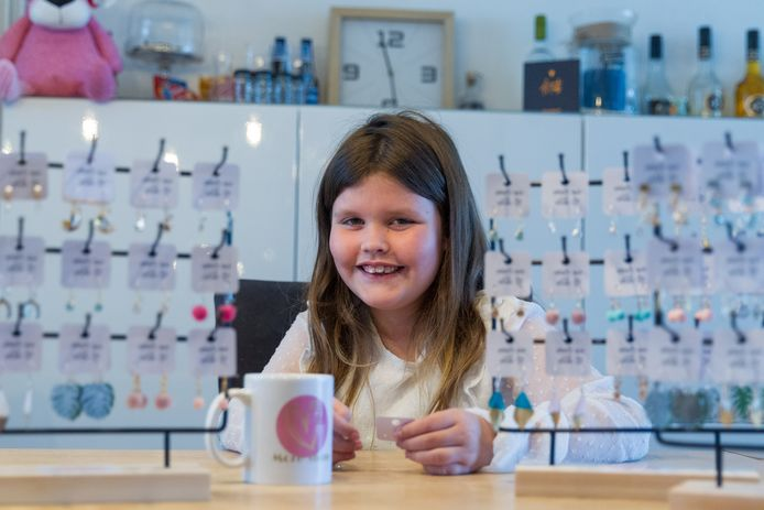 Gigi Oerlemans (9) uit Veldhoven verloor haar vader aan MS. Nu maakt ze oorbellen die ze verkoopt en waarvan een deel van de opbrengst naar MS Zorg Nederland gaat.
