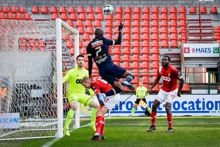 Standard-keeper is aandachtig bij een kopbal van Didier Lamkel Zé. Beeld Photo News