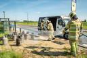 Brandweermannen houden de gasflessen koel.