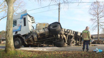 Chauffeur volgt blindelings gps: opnieuw truck gekanteld in scherpe bocht aan de Vlught