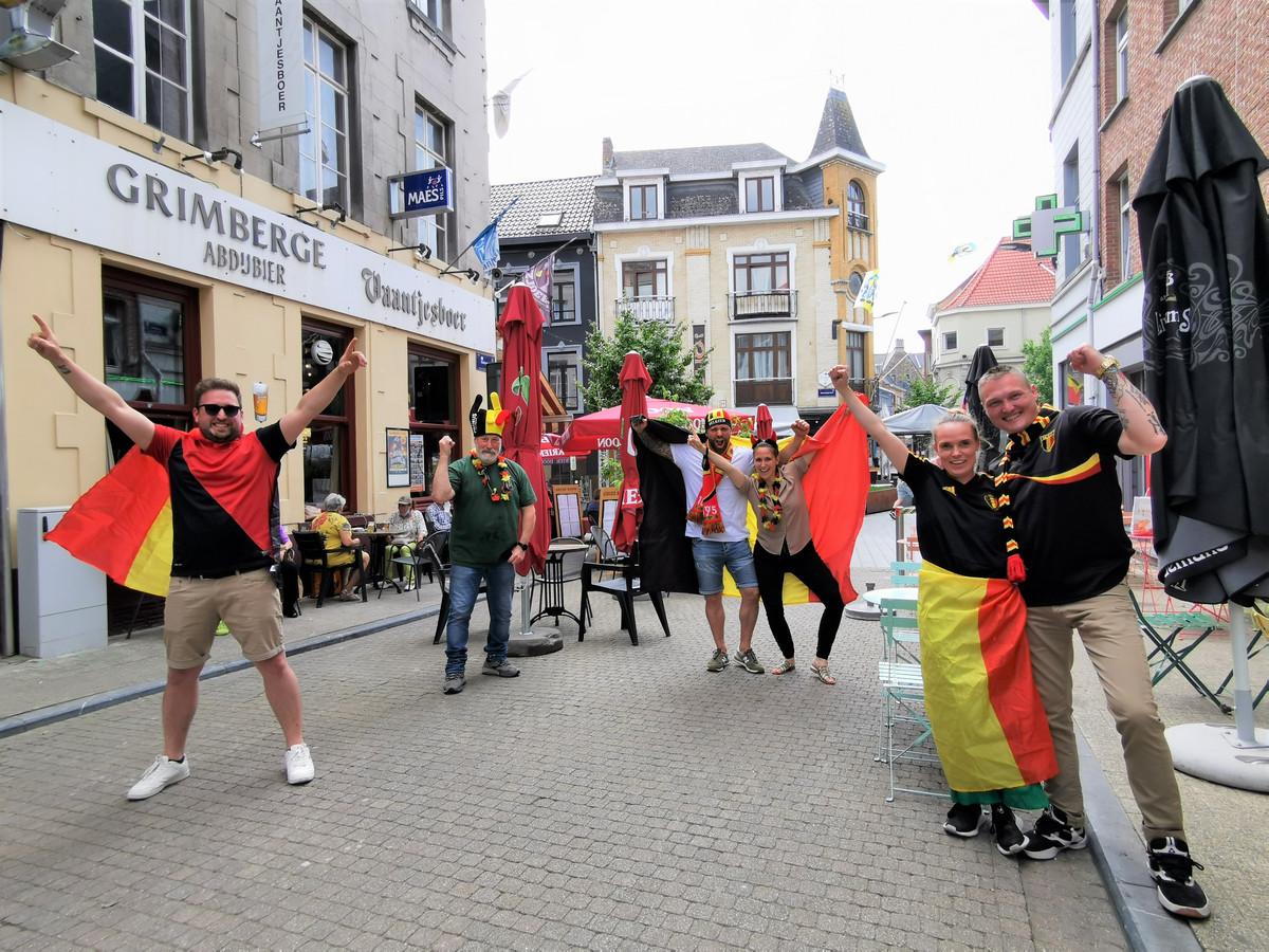De mensen van café Vaantjesboer, TWAéMWA,  Basta en  Komalee slaan de handen in elkaar tijdens Devil Time @Melkstroet.