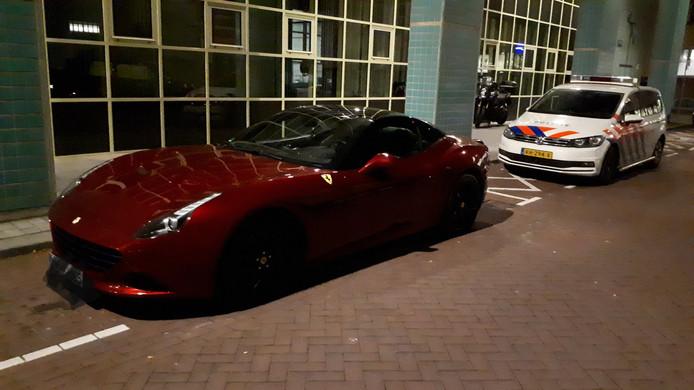 De inbeslaggenomen Ferrari voor het politiebureau.