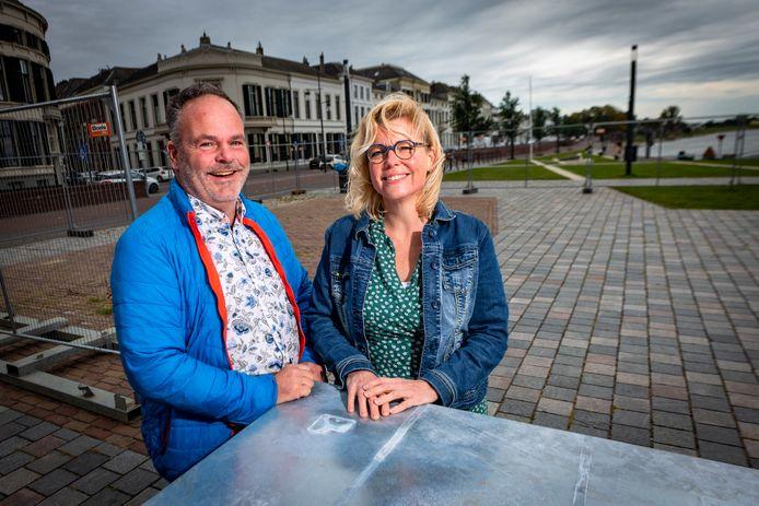 Lisa Pit en Hans Wiedenhoff op de plek waar hun nieuwe restaurant verrijst.
