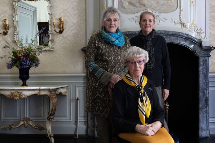 Lilian Snippe heeft als eerste beheerder op Kasteel Geldrop gewoond en is er al 45 jaar bij betrokken.  Achter haar haar dochters Nelloes Walhout (l) en Angelle van der Helm.