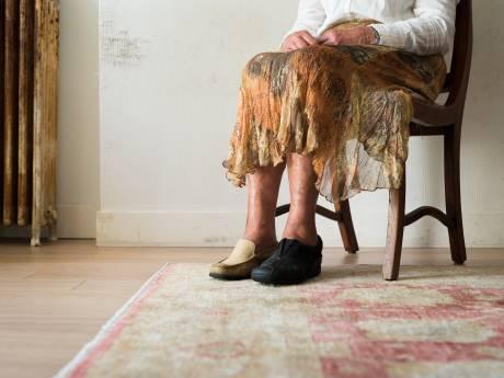 Hevige strijd over bezoeken dementerende moeder: 'Kijk niet naar elkaar, maar naar haar'