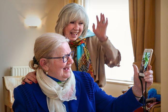 Nederland,  Vught, Joke Zwanikken kreeg een verrassings bezoek van haar vriendin Willeke Alberti op Voorburg voor 60 dienstjaren bij Reinier van Arkel. Foto, Joke en Willeke facetimen met het zoontje van Johnny de Mol.