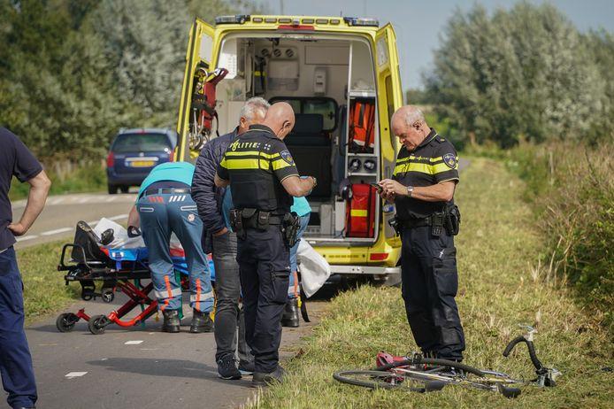 Een wielrenner is gewond geraakt door een botsing met een scooter op het fietspad langs de Berghoofdseweg in Pannerden.