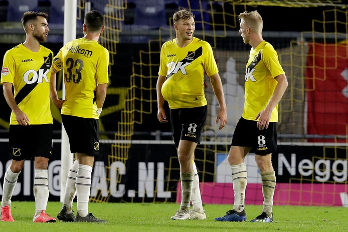 Spelers van NAC Breda tijdens het duel met Jong Ajax.