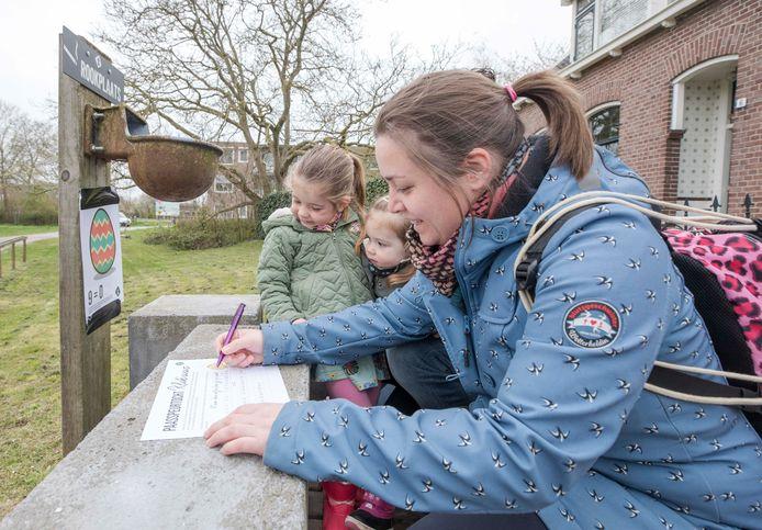 Rowan (4), Kaylee (2) en moeder Linda Korstanje (vlnr) hebben hun eerste letter al snel gevonden. Nog maar 39 te gaan.